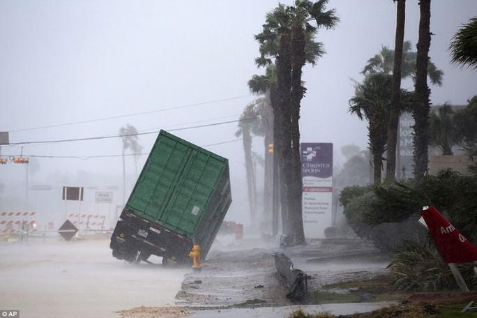 Cận cảnh đổ nát tại bang Texas sau siêu bão Harvey  - Ảnh 7.