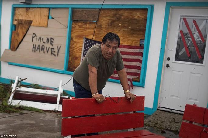 Cận cảnh đổ nát tại bang Texas sau siêu bão Harvey  - Ảnh 13.