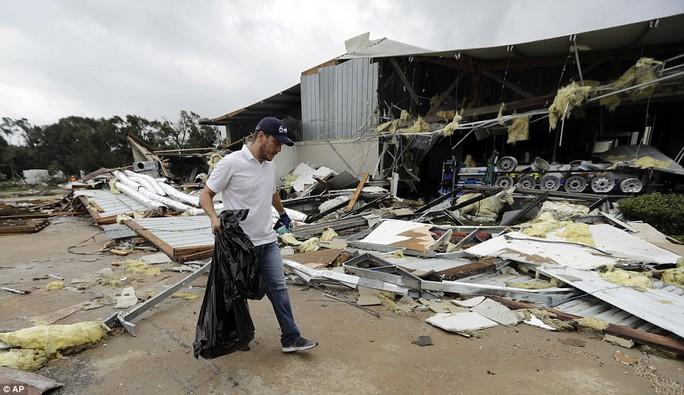 Cận cảnh đổ nát tại bang Texas sau siêu bão Harvey  - Ảnh 10.