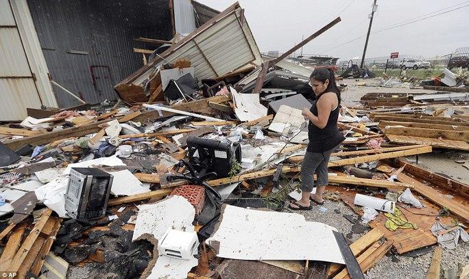 Cận cảnh đổ nát tại bang Texas sau siêu bão Harvey  - Ảnh 1.