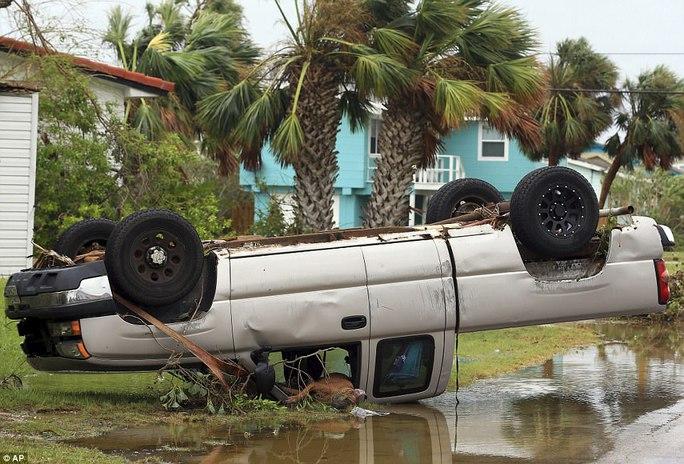 Cận cảnh đổ nát tại bang Texas sau siêu bão Harvey  - Ảnh 14.