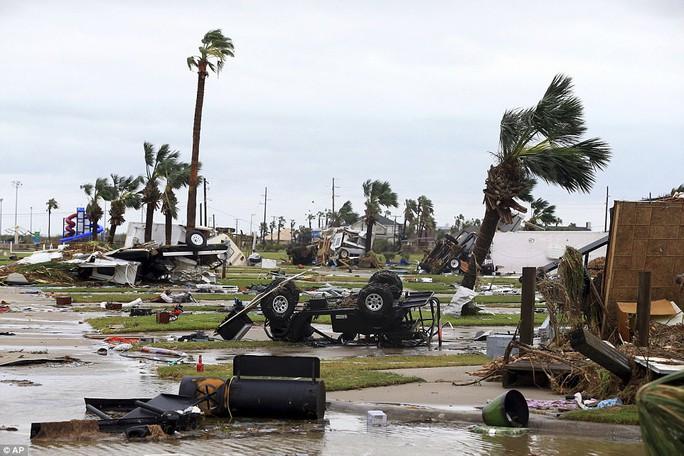 Cận cảnh đổ nát tại bang Texas sau siêu bão Harvey  - Ảnh 9.