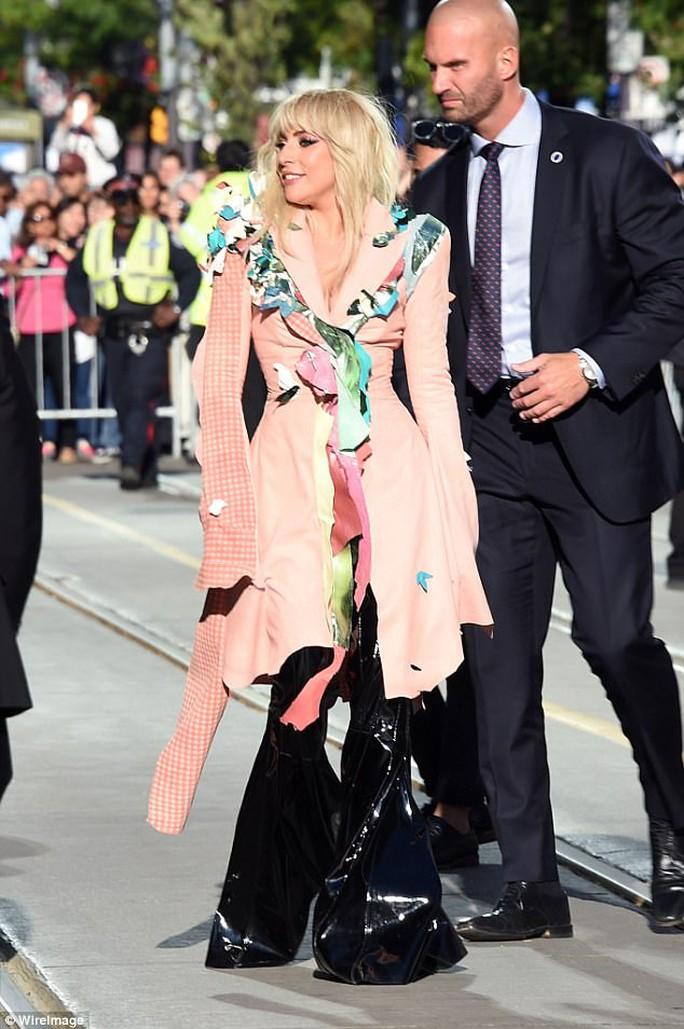 Lady Gaga kín đáo vẫn quái dị trên thảm đỏ - Ảnh 2.