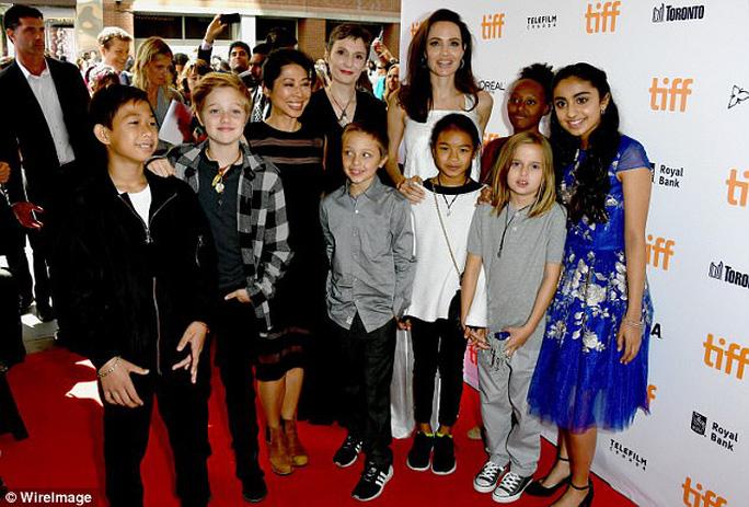 Angelina Jolie rạng ngời cùng các con trên thảm đỏ - Ảnh 12.