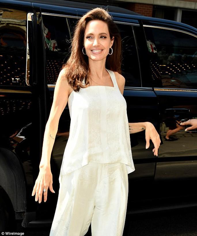 Angelina Jolie rạng ngời cùng các con trên thảm đỏ - Ảnh 2.