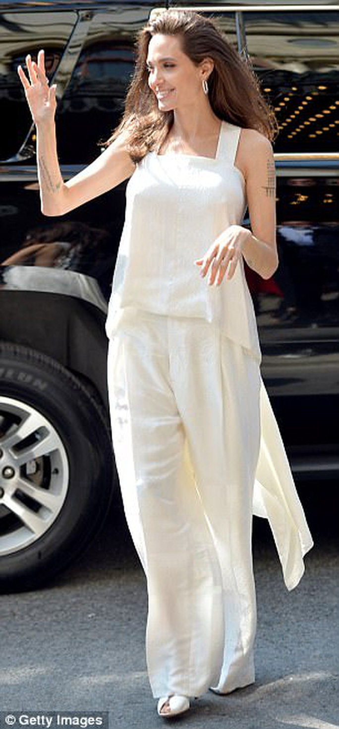 Angelina Jolie rạng ngời cùng các con trên thảm đỏ - Ảnh 1.