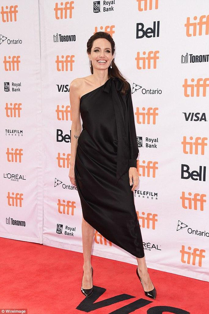 Pax Thiên cao to nhất trong các con của Angelina Jolie - Ảnh 4.