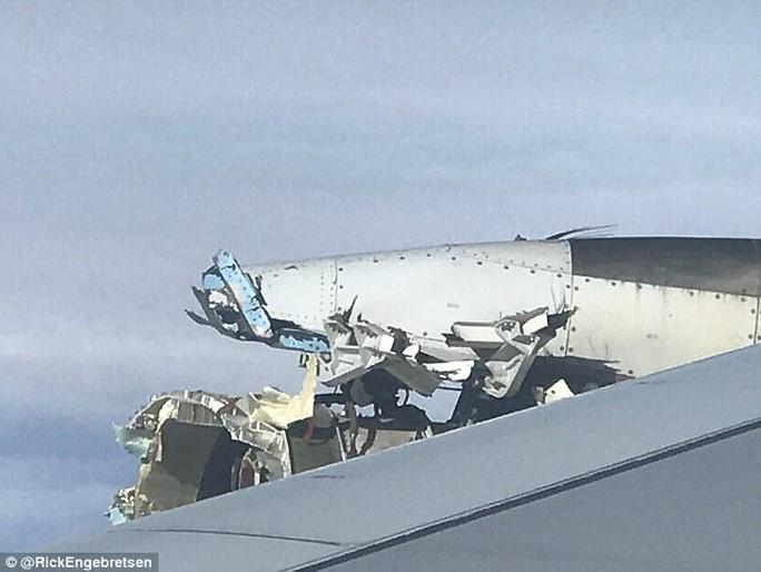 Máy bay chở hơn 500 người gặp sự cố giữa biển, hành khách phát hoảng - Ảnh 1.