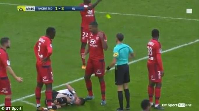 Làm rơi thẻ vàng trọng tài, Marcelo bị đuổi oan - Ảnh 1.