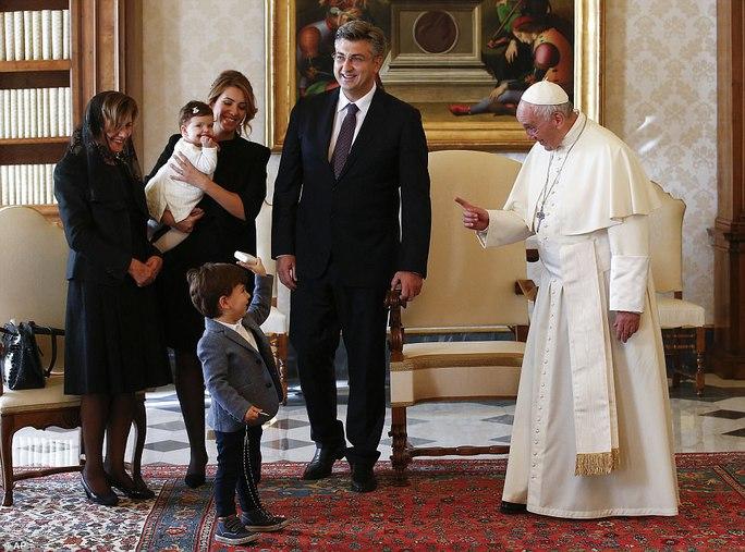 Quý tử của thủ tướng Croatia đại náo cuộc gặp Giáo hoàng Francis - Ảnh 3.