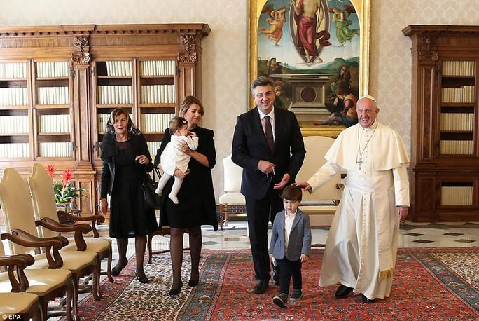 Quý tử của thủ tướng Croatia đại náo cuộc gặp Giáo hoàng Francis - Ảnh 1.