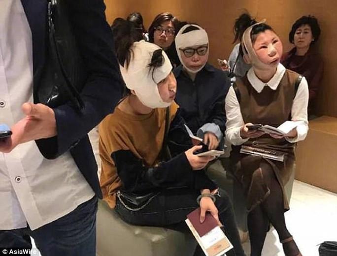 Phẫu thuật thẩm mỹ, du khách Trung Quốc không được lên máy bay - Ảnh 1.