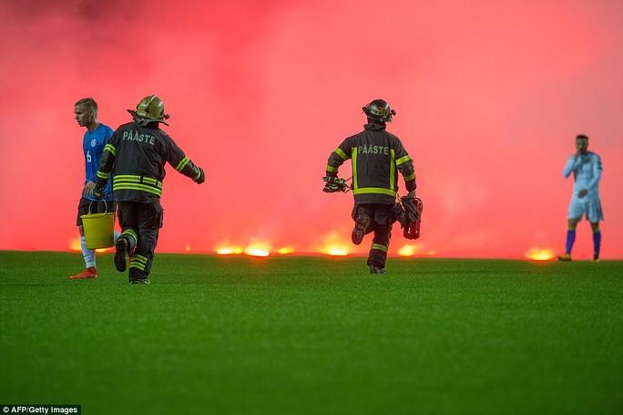 Trận Estonia - Bosnia chìm trong khói lửa - Ảnh 6.