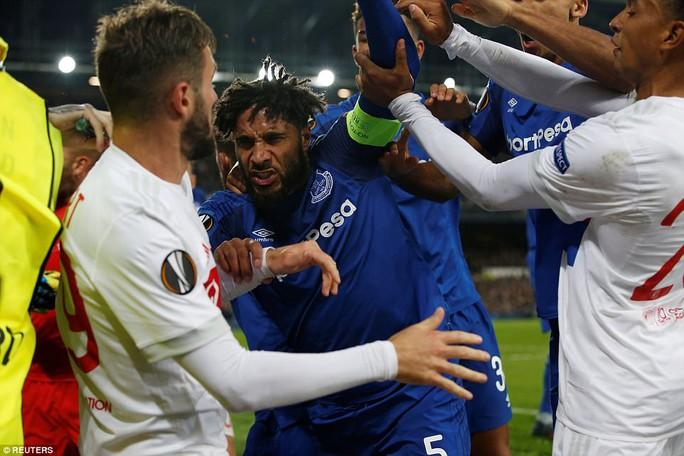 Fan Everton đánh hôi lúc cầu thủ ẩu đả - Ảnh 6.