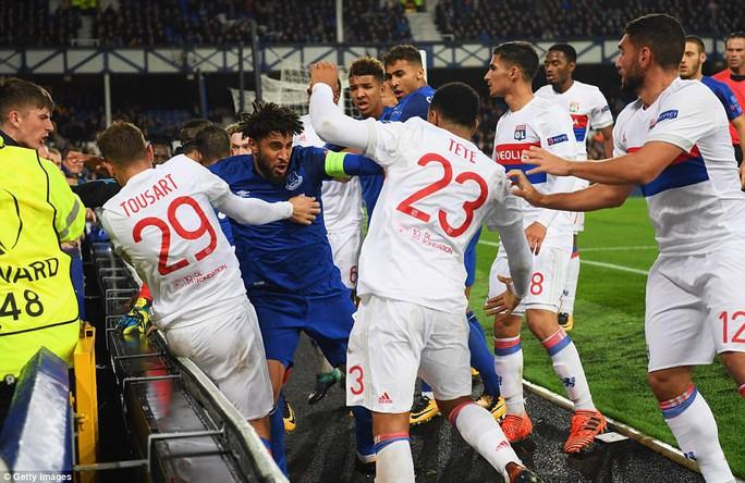 Fan Everton đánh hôi lúc cầu thủ ẩu đả - Ảnh 4.