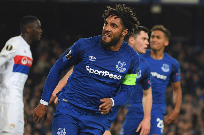 Fan Everton đánh hôi lúc cầu thủ ẩu đả - Ảnh 8.