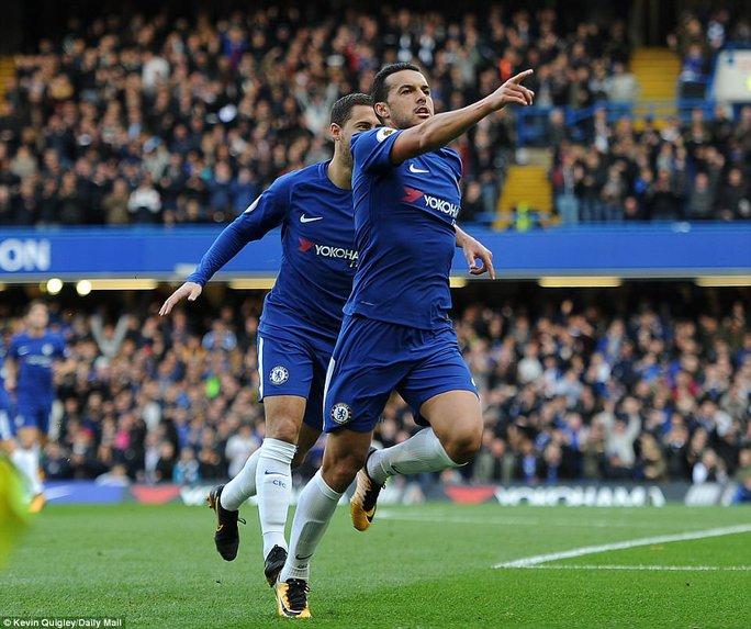 Giúp Chelsea thoát hiểm, Batshuayi đá xoáy HLV Conte - Ảnh 1.