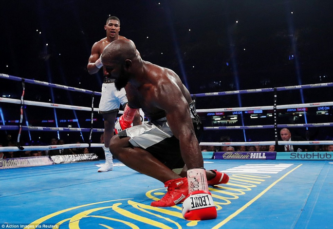 Đánh kẻ thách đấu đổ máu, Joshua bảo vệ đai vô địch - Ảnh 7.