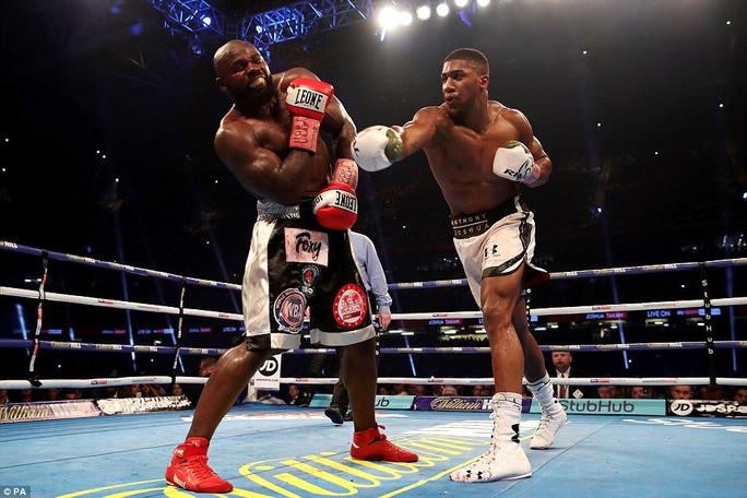 Đánh kẻ thách đấu đổ máu, Joshua bảo vệ đai vô địch - Ảnh 6.