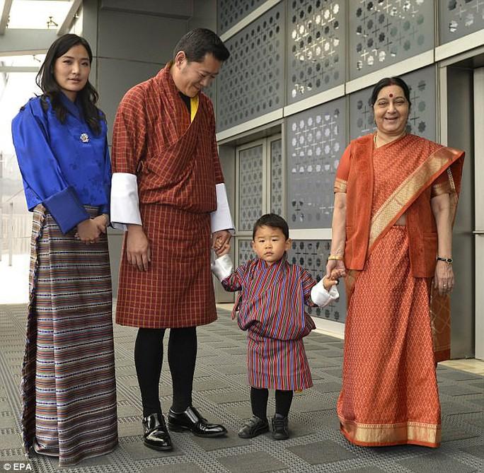 Hoàng tử bé Bhutan lại chinh phục cư dân mạng - Ảnh 3.