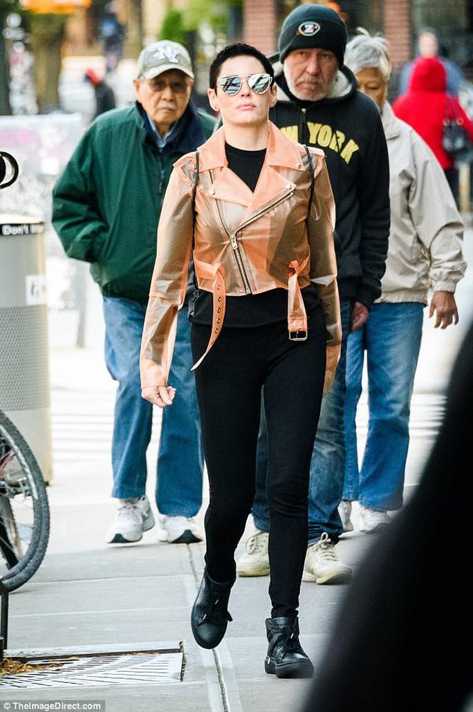 Người đẹp tố Harvey Weinstein cưỡng hiếp bị phanh phui lệnh bắt giữ - Ảnh 1.