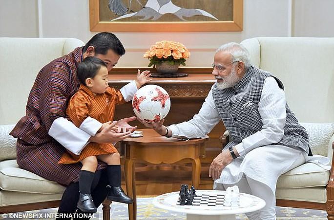 Hoàng tử bé Bhutan lại chinh phục cư dân mạng - Ảnh 2.