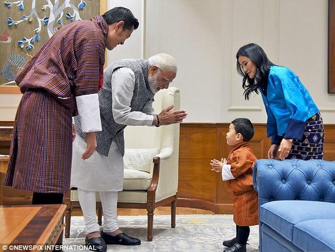 Hoàng tử bé Bhutan lại chinh phục cư dân mạng - Ảnh 1.