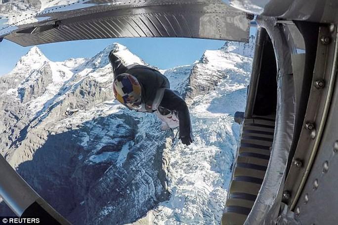 """Lao từ đỉnh núi, """"người bay"""" đáp vào máy bay trên không - Ảnh 7."""