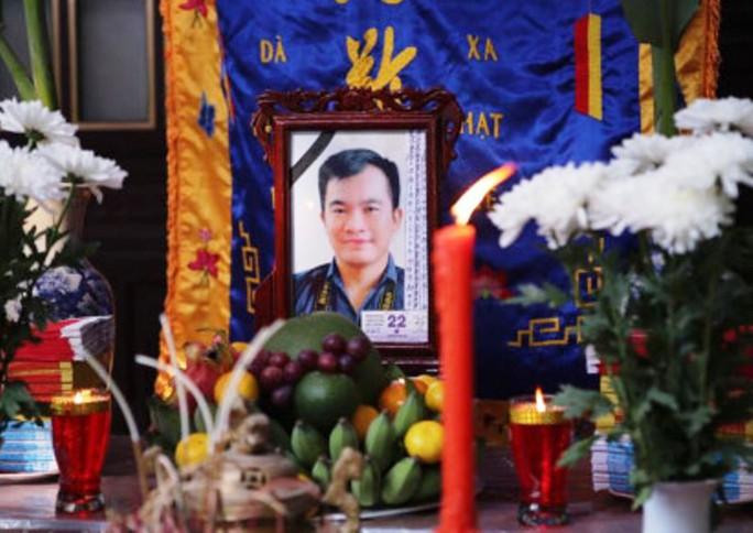 Những vòng hoa trắng tiễn đưa phóng viên Đinh Hữu Dư về đất mẹ - Ảnh 2.