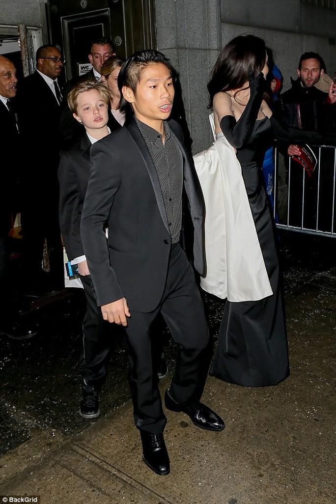 Pax Thiên nam tính hỗ trợ mẹ nuôi Angelina Jolie - Ảnh 1.