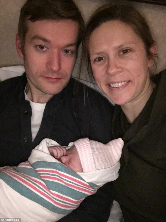 Sinh con vài giờ, nữ bác sĩ đã đỡ đẻ cho người khác - Ảnh 1.