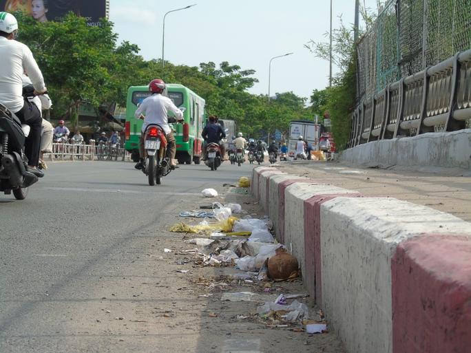 Lối đi dành cho người đi bộ ở cầu Ông Lãnh đã bị rác xâm lăng từ lâu