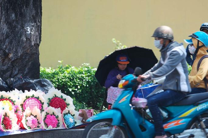 Một chủ bán hoa tâm sự: Từ sáng đến giờ chỉ bán được vài lẵng hoa, ít hơn so với mọi năm, hy vọng đến tối sẽ bán được hơn.