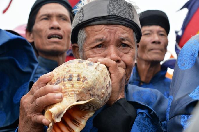 Cụ Võ Chú, 84 tuổi thổi ốc u tưởng nhớ những binh phu đã khuất. Ảnh: Tử Trực