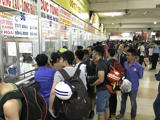 Theo đại diện Bến xe Miền Đông, lượng hành khách qua bến trong ngày 28-4 vào khoảng 31.000 khách và bến xe trước đó đã có kế hoạch huy động tất cả các phương tiện bên ngoài, bao gồm xe hợp đồng, xe trái tuyến và xe buýt tăng cường để giải tỏa hành khách nếu ùn ứ xảy ra