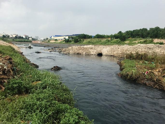 Cận cảnh nước đen đặc quánh, sùi bọt dưới kênh Ba Bò - Ảnh 7.