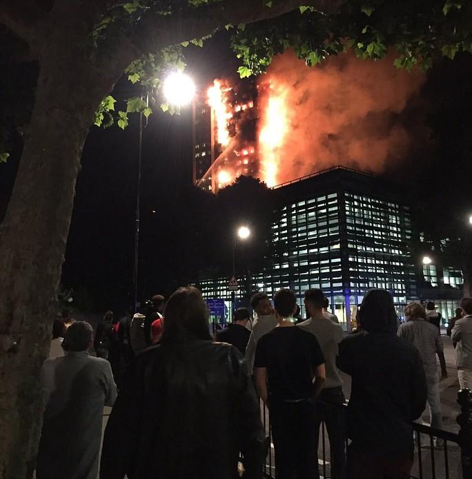 Đám cháy kinh hoàng nuốt chửng tòa nhà 27 tầng ở London - Ảnh 8.