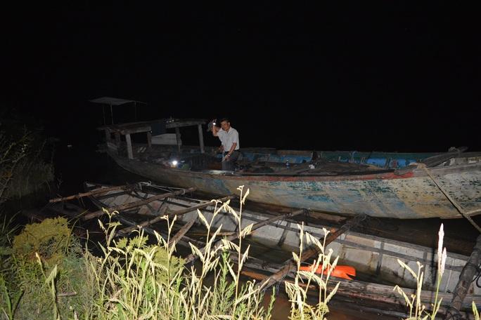 Bị truy đuổi đến 20 km nhưng 2 kẻ vận chuyển gỗ lậu vẫn tẩu thoát - Ảnh 1.