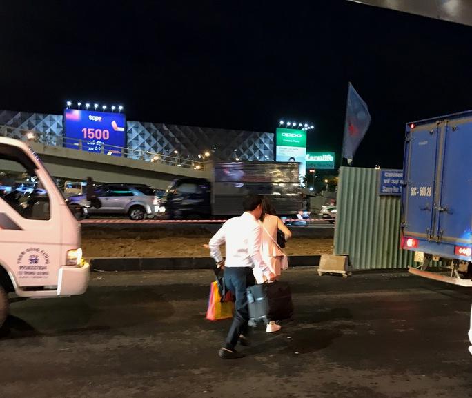 Ngàn người và xe chôn chân quanh sân bay Tân Sơn Nhất - Ảnh 7.