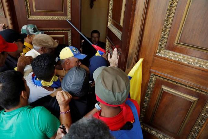 Venezuela: Người ủng hộ tổng thống xông vào quốc hội, đánh nghị sĩ - Ảnh 1.
