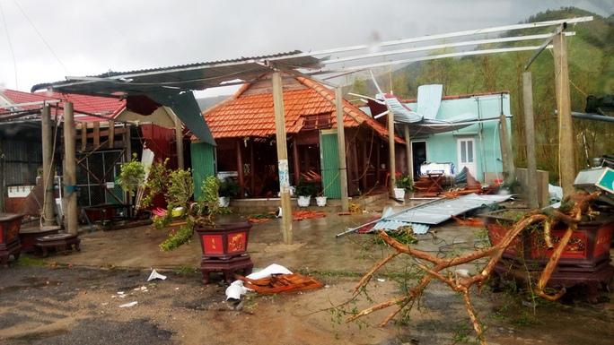 Cận cảnh trường học tan hoang, nhà cửa đổ nát sau bão - Ảnh 6.