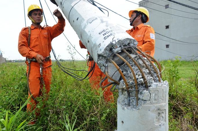"""Nỗ lực """"giải cứu"""" 2.600 trụ điện trung thế bị bão quật ngã ở Quảng Bình - Ảnh 3."""