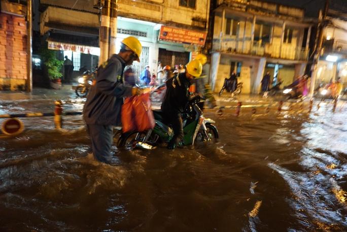 CSGT dầm mưa giúp dân qua đoạn ngập ở Sài Gòn - Ảnh 3.