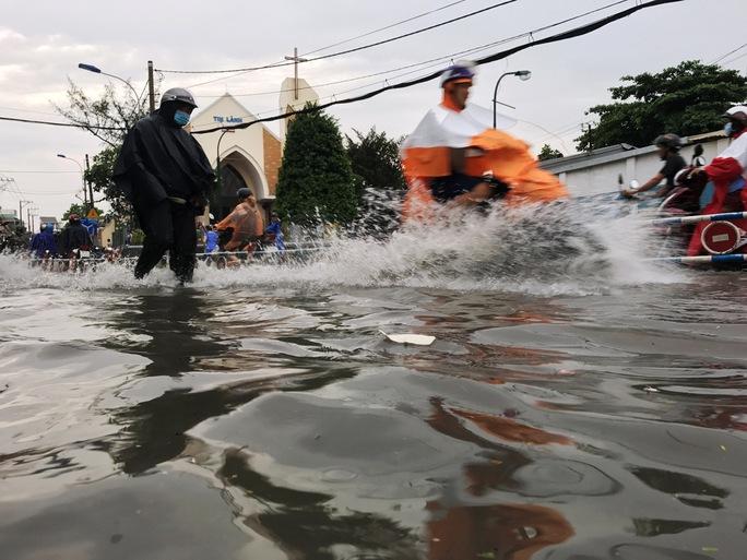 Sài Gòn mưa rả rích nhưng mênh mông nước! - Ảnh 1.