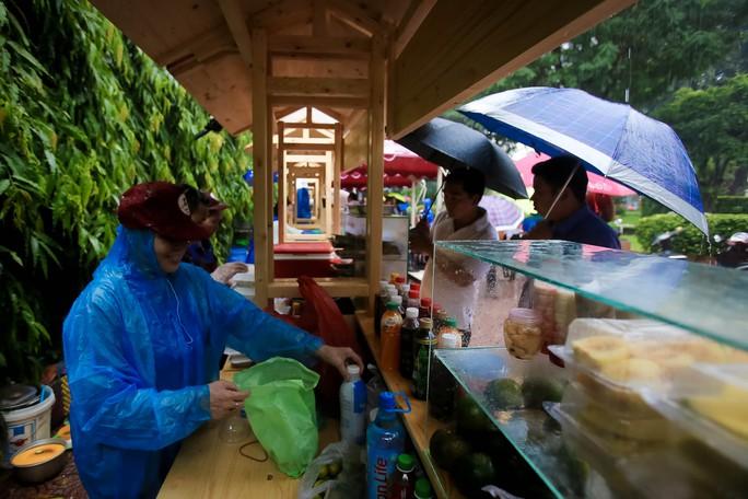 Hàng trăm người đội mưa đến phố hàng rong Bách Tùng Diệp - Ảnh 3.