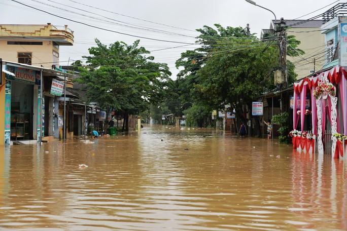 Miền Trung: Nhiều nơi còn ngập chìm trong nước, cô lập - Ảnh 22.