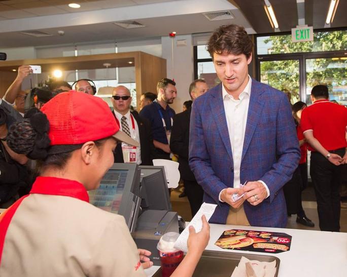 Philippines: Thủ tướng Canada gây náo loạn khi mua gà rán - Ảnh 1.