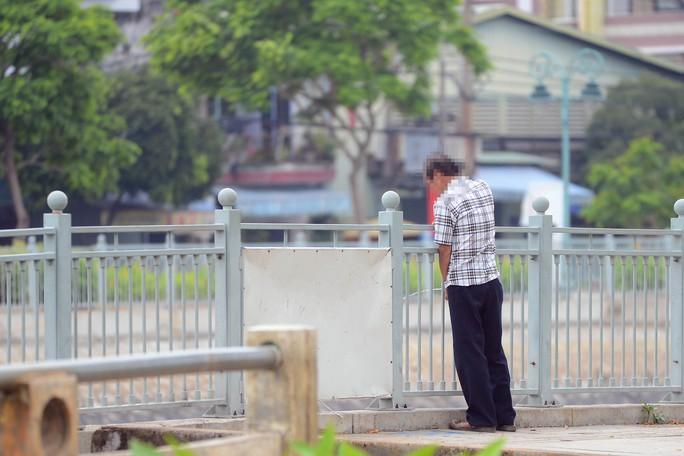 """Những nơi xa khu trung tâm như khu vực kênh Lò Gốm, hay đường Võ Văn Kiệt … không những """"tè"""" bậy mà nhiều người còn đi vệ sinh ngay dưới những bậc thang xuống dưới kênh"""