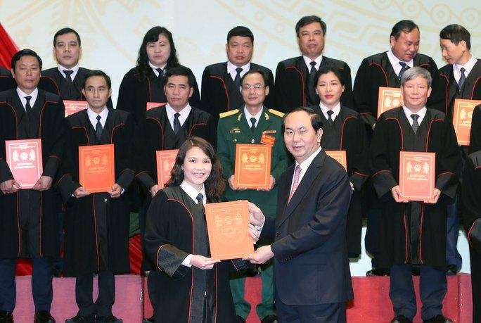Chủ tịch nước Trần Đại Quang trao quyết định bổ nhiệm cho các thẩm phán cao cấp Ảnh: TTXVN