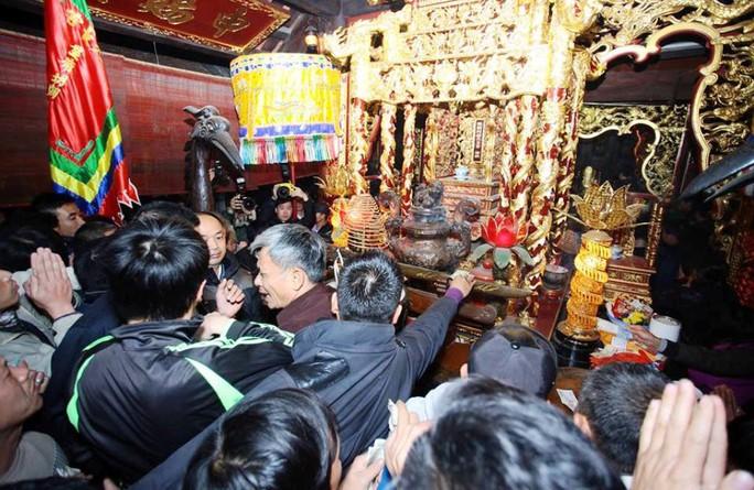 Chen nhau xoa tiền lên bàn thờ, tượng hạc trong lễ khai ấn đền Trần
